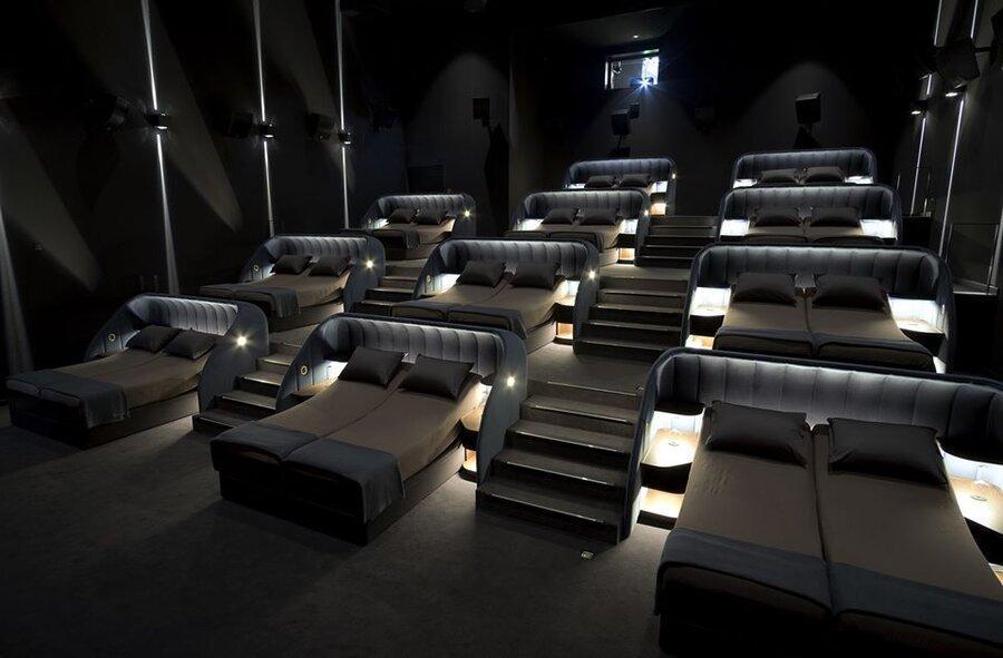 تخت های دو نفره به جای جایگاه های سینما