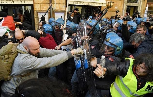 خشم رانندگان تاکسی از ادامه فعالیت آژانس های موبایلی ایتالیا