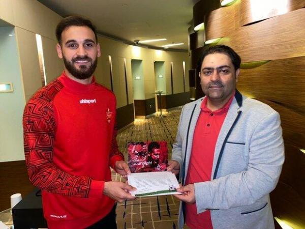 اهدای کارت پستال ویژه به اعضای تیم پرسپولیس قبل از فینال آسیا