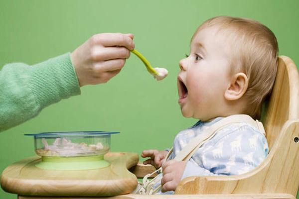 غذای کمکی نوزاد را از چه زمانی آغاز کنیم؟