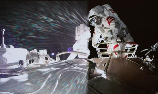 نخستین پیاده روی فضانوردان چینی در ایستگاه فضایی